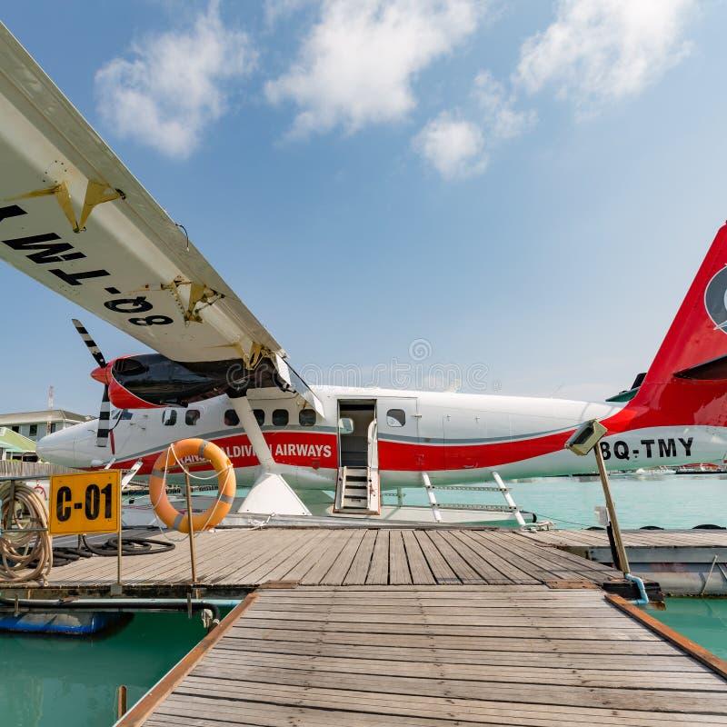 05 06 2018 - Ατόλλη του Ari, Μαλδίβες: Εξωτική σκηνή με seaplane στην προσγείωση θάλασσας των Μαλδίβες Διακοπές ή διακοπές στην π στοκ εικόνες με δικαίωμα ελεύθερης χρήσης