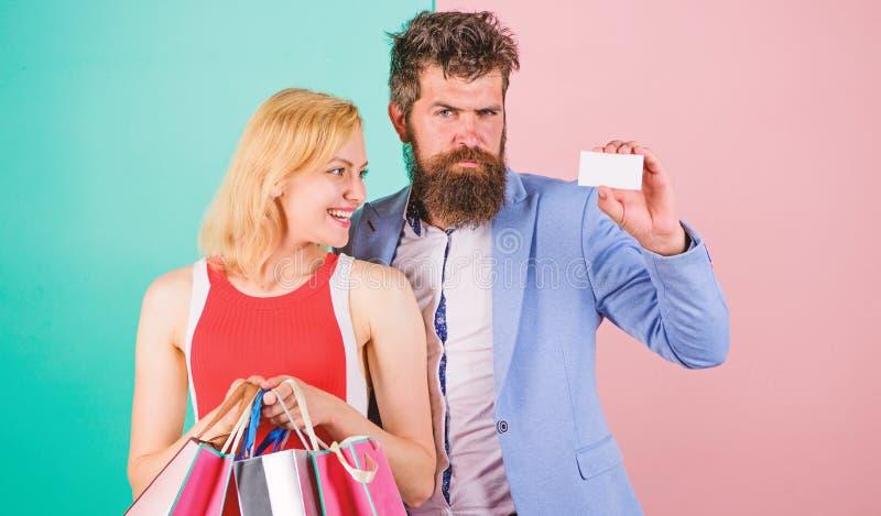 Ατόμων η γενειοφόρα hipster κάρτα και το κορίτσι λαβής πιστωτική απολαμβάνουν Ρωτήστε ότι το άτομο για να αγοράσει τα μέρη παρουσ στοκ εικόνες