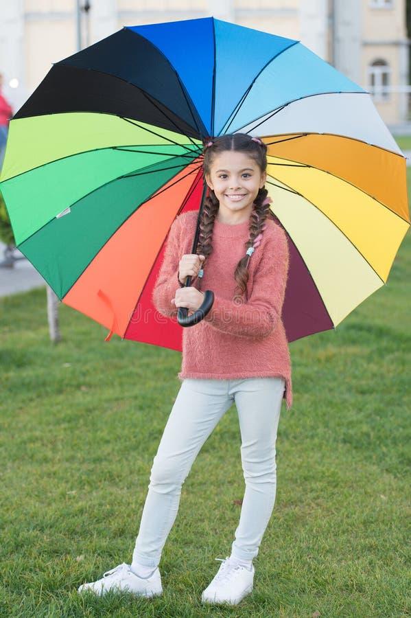 Αφήστε το χαμόγελο να είναι η ομπρέλα σας Ζωηρόχρωμο εξάρτημα για την εύθυμη διάθεση Μακρυμάλλες περπάτημα παιδιών κοριτσιών με τ στοκ εικόνες