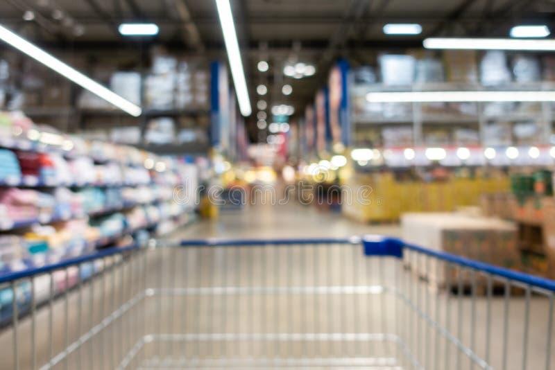 Αφηρημένη λεωφόρος αγορών θαμπάδων στο εσωτερικό τμημάτων και μαγαζί λιανικής πώλησης για το υπόβαθρο στοκ εικόνες