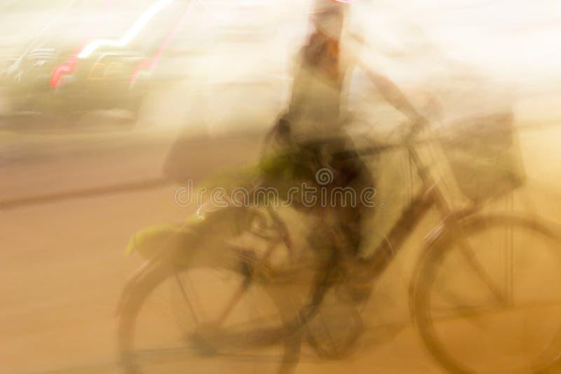 Αφηρημένος κινήσεων αναβάτης οδών ποδηλάτων θαμπάδων μουτζουρωμένος στοκ εικόνες