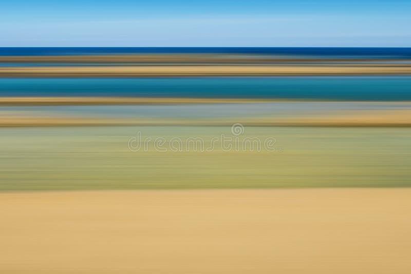 Αφηρημένο υπόβαθρο φιαγμένο από γραμμές στα χρώματα της άμμου και του θαλάσσιου νερού στοκ εικόνα