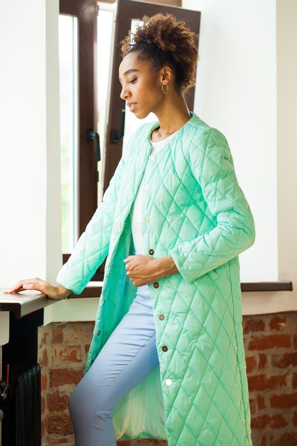 Αφρικανική πρότυπη γυναίκα σε ένα πράσινο σακάκι άνοιξη και μπλε εσώρουχα στοκ εικόνα