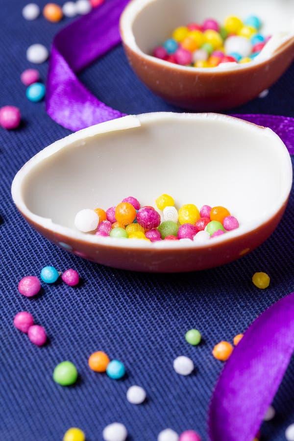 Αυγά σοκολάτας με το κομφετί ζάχαρης στοκ εικόνες