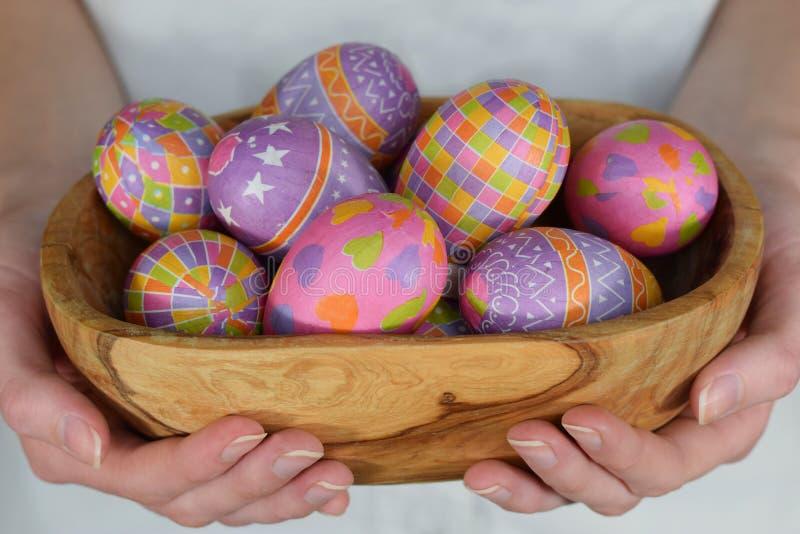 Αυγά Πάσχας στο κύπελλο στα χέρια γυναικών στοκ φωτογραφία με δικαίωμα ελεύθερης χρήσης