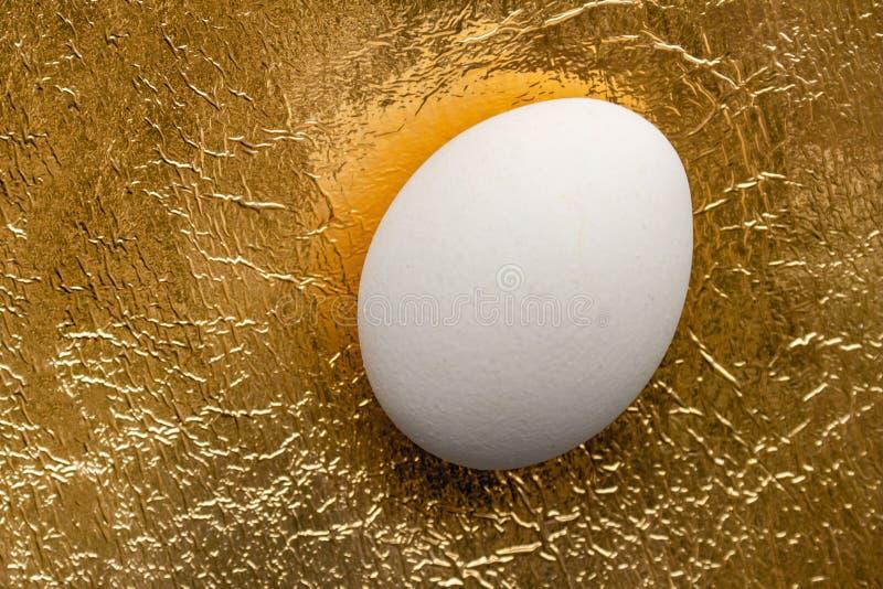 Αυγό Πάσχας στο χρυσό υπόβαθρο background colors holiday red yellow στοκ φωτογραφίες με δικαίωμα ελεύθερης χρήσης