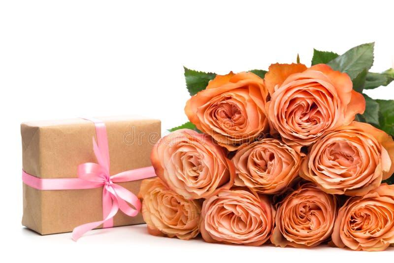 Αυξήθηκε τριαντάφυλλα με το παρόν που απομονώθηκε στο άσπρο υπόβαθρο - εικόνα στοκ φωτογραφία με δικαίωμα ελεύθερης χρήσης