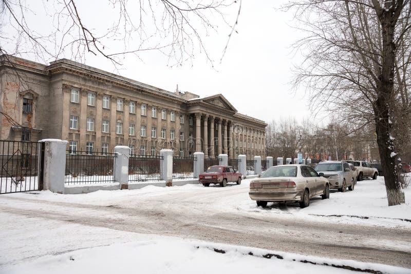 Αυτοκίνητα που σταθμεύουν κοντά στο δημοσιονομικό εκπαιδευτικό ίδρυμα του ηλεκτρομηχανικού κολλεγίου του Novosibirsk της κατασκευ στοκ φωτογραφίες με δικαίωμα ελεύθερης χρήσης