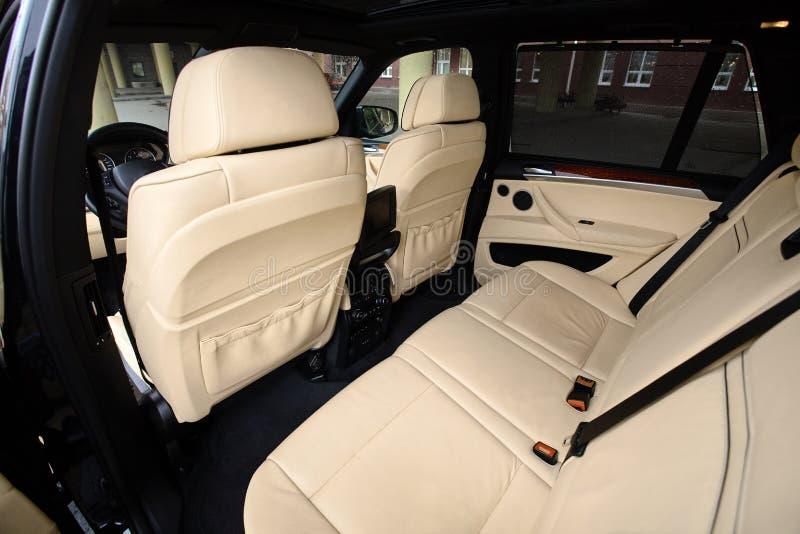 αυτοκίνητο μέσα Εσωτερικό στο δέρμα χρωμάτων κρέμας του σύγχρονου αυτοκινήτου πολυτέλειας γοήτρου στοκ φωτογραφία
