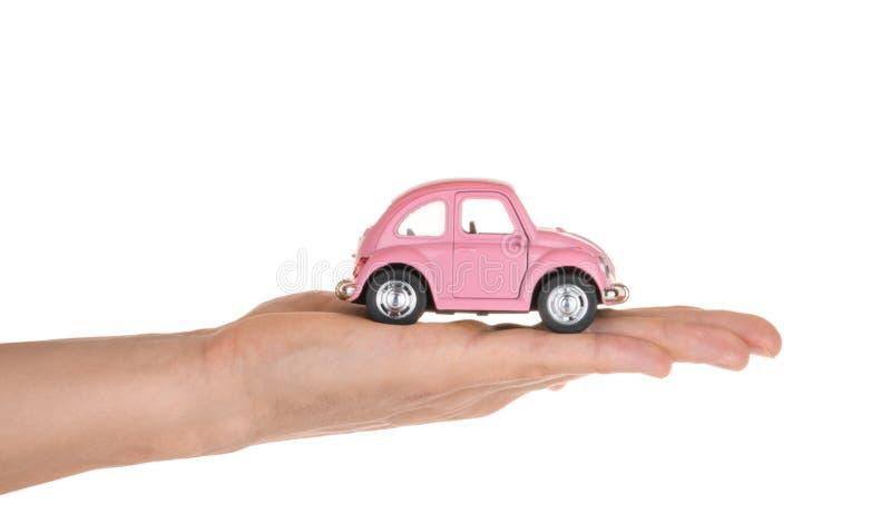 Αυτοκίνητο παιχνιδιών εκμετάλλευσης χεριών που απομονώνεται στο λευκό όλοι οι ασφαλιστικοί τύποι έννοιας στοκ φωτογραφίες με δικαίωμα ελεύθερης χρήσης