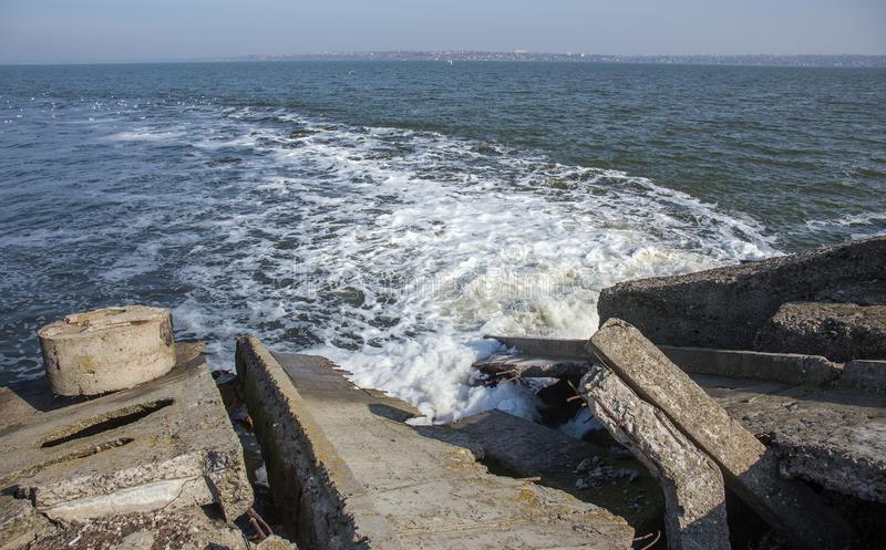 Απαλλαγή του βρώμικου βιομηχανικού απόβλητου ύδατος στη θάλασσα Δηλητηρίαση της περιοχής αναψυχής από την εξάπλωση της ασθένειας, στοκ φωτογραφίες με δικαίωμα ελεύθερης χρήσης