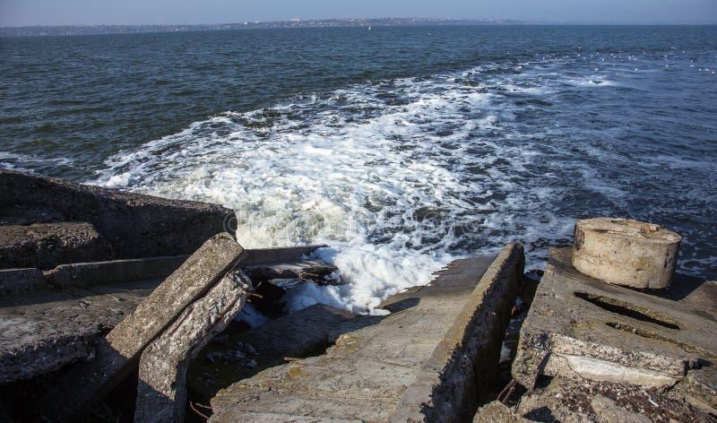 Απαλλαγή του βρώμικου βιομηχανικού απόβλητου ύδατος στη θάλασσα Δηλητηρίαση της περιοχής αναψυχής από την εξάπλωση της ασθένειας, στοκ εικόνες