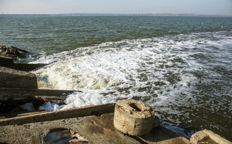 Απαλλαγή του βρώμικου βιομηχανικού απόβλητου ύδατος στη θάλασσα Δηλητηρίαση της περιοχής αναψυχής από την εξάπλωση της ασθένειας, στοκ φωτογραφίες