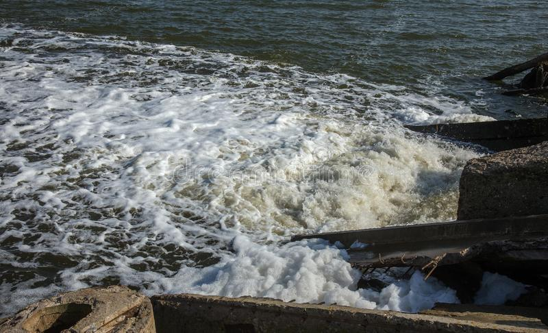 Απαλλαγή του βρώμικου βιομηχανικού απόβλητου ύδατος στη θάλασσα Δηλητηρίαση της περιοχής αναψυχής από την εξάπλωση της ασθένειας, στοκ εικόνες με δικαίωμα ελεύθερης χρήσης