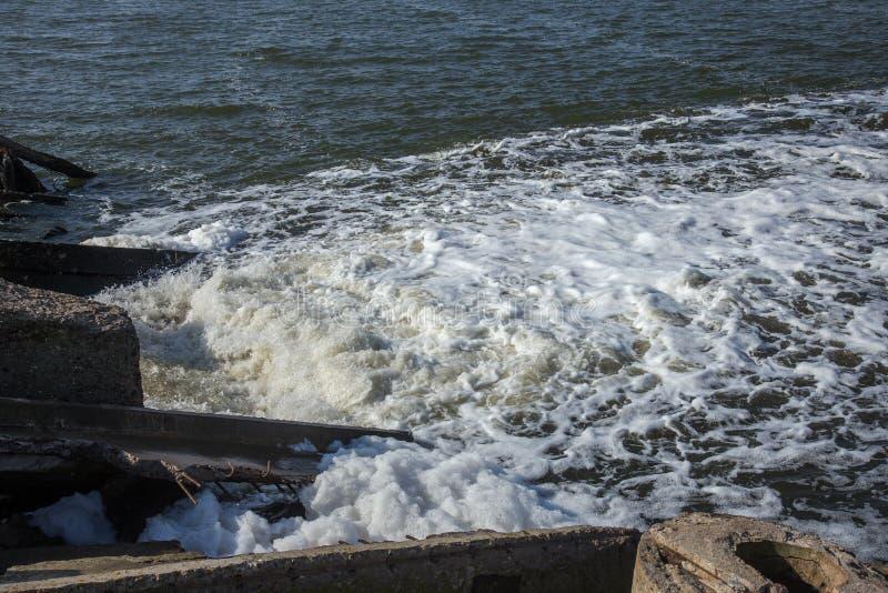 Απαλλαγή του βρώμικου βιομηχανικού απόβλητου ύδατος στη θάλασσα Δηλητηρίαση της περιοχής αναψυχής από την εξάπλωση της ασθένειας, στοκ εικόνα