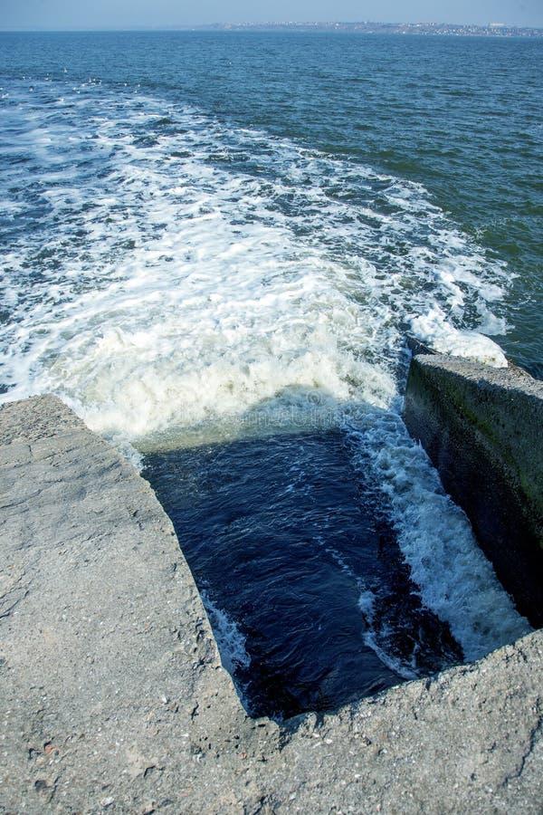 Απαλλαγή του βρώμικου βιομηχανικού απόβλητου ύδατος στη θάλασσα Δηλητηρίαση της περιοχής αναψυχής από την εξάπλωση της ασθένειας, στοκ φωτογραφία με δικαίωμα ελεύθερης χρήσης