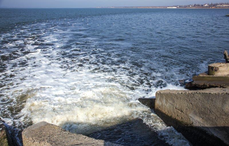 Απαλλαγή του βρώμικου βιομηχανικού απόβλητου ύδατος στη θάλασσα Δηλητηρίαση της περιοχής αναψυχής από την εξάπλωση της ασθένειας, στοκ φωτογραφία