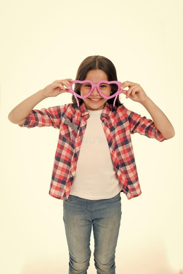 Απλά cuteness Ευτυχής καλός παιδιών απολαμβάνει την παιδική ηλικία Διαμορφωμένα καρδιά eyeglasses κοριτσιών παιδιών εύθυμα Σγουρό στοκ φωτογραφία με δικαίωμα ελεύθερης χρήσης