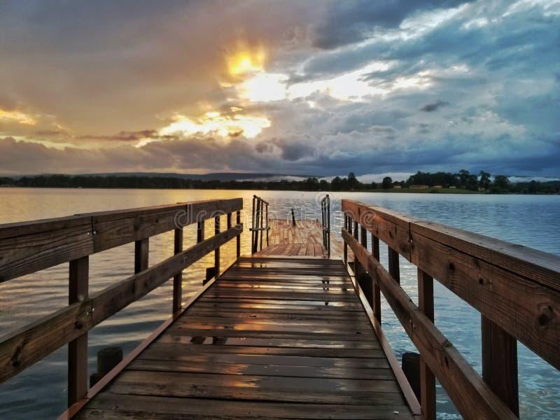 Αποβάθρα αλιείας ηλιοβασιλέματος στοκ φωτογραφία