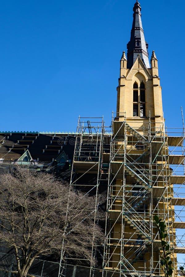 Αποκατάσταση στεγών και καμπαναριών της καθολικής εκκλησίας Αγίου Andrew's στοκ φωτογραφία
