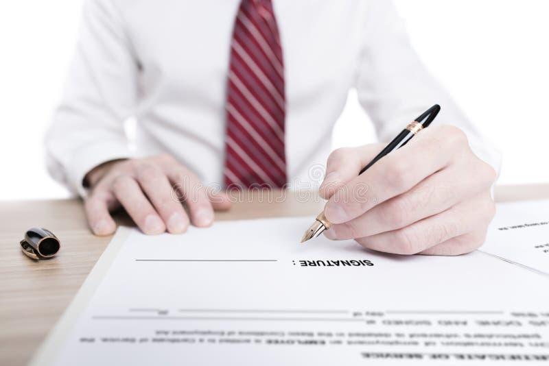Απομονωμένο πορτρέτο ενός επιχειρηματία που υπογράφει μια σύμβαση στοκ εικόνα