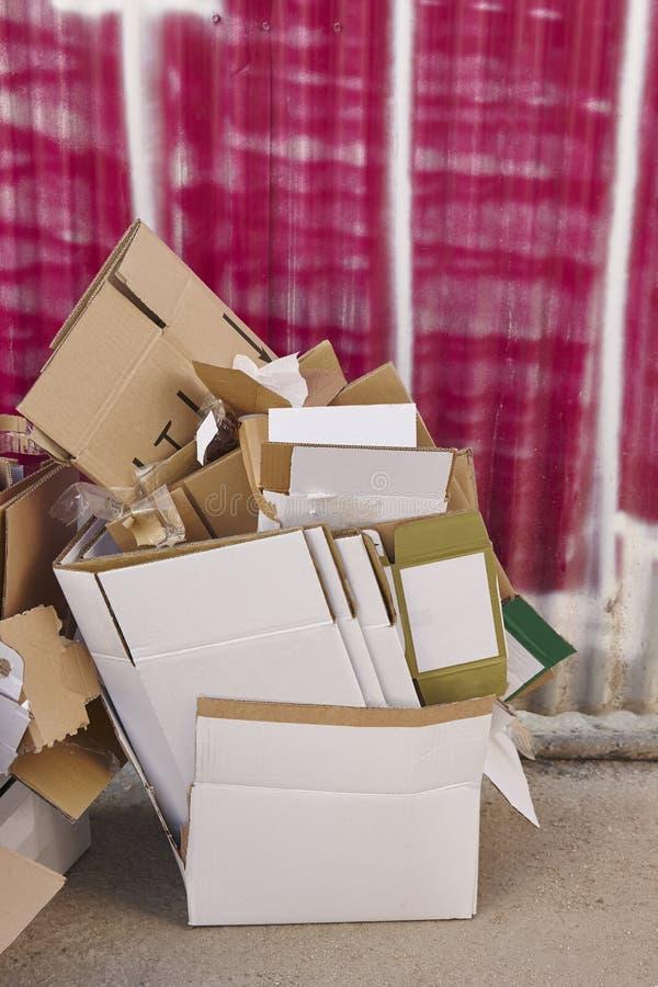 Απορρίματα κουτιών από χαρτόνι στην οδό Περιβαλλοντική συντήρηση Αστικός στοκ φωτογραφία