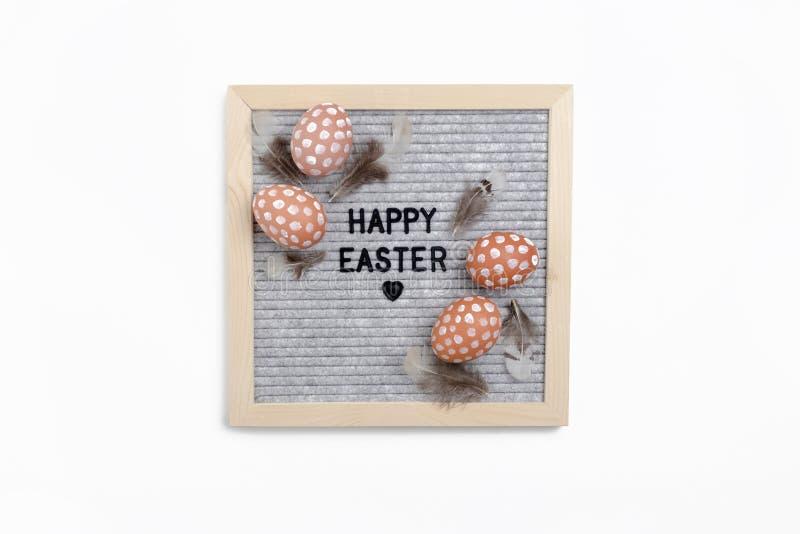 Απόσπασμα - ευτυχές Πάσχα Σύνθεση Πάσχας με το letterboard, τα αυγά και τα φτερά στοκ φωτογραφίες με δικαίωμα ελεύθερης χρήσης