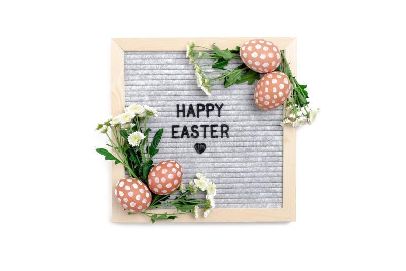 Απόσπασμα - ευτυχές Πάσχα Σύνθεση Πάσχας με το letterboard, τα αυγά και τα λουλούδια χρυσάνθεμων στοκ φωτογραφίες