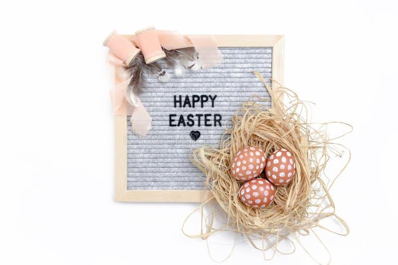 Απόσπασμα - ευτυχές Πάσχα Σύνθεση Πάσχας με το letterboard, τα αυγά, τις ρόδινα κορδέλλες και τα φτερά στοκ εικόνες με δικαίωμα ελεύθερης χρήσης