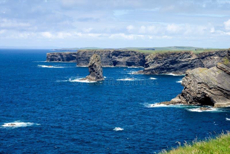 Απότομοι βράχοι Kilkee στη Co Ακτή του Ατλαντικού Ωκεανού κοντά σε Ballyvaughan, Co Χερσόνησος στη δύση Clare, Ιρλανδία στοκ φωτογραφία