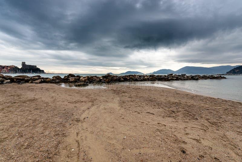 Απότομος βράχος και θάλασσα το χειμώνα - Κόλπος Lerici του Λα Spezia Ιταλία στοκ φωτογραφίες