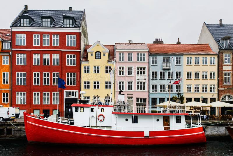 Βάρκα και ζωηρόχρωμα παλαιά σπίτια στο λιμάνι Nyhavn, Κοπεγχάγη στοκ φωτογραφία