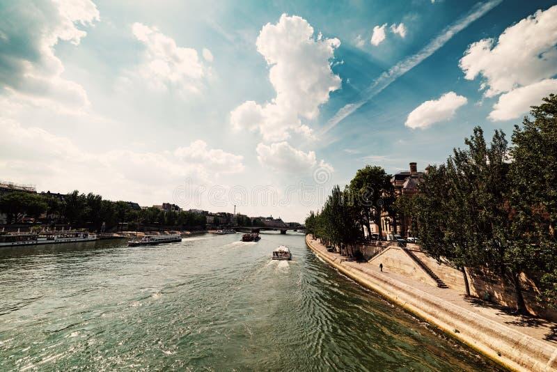 Βάρκα στον ποταμό του Σηκουάνα στοκ φωτογραφίες με δικαίωμα ελεύθερης χρήσης