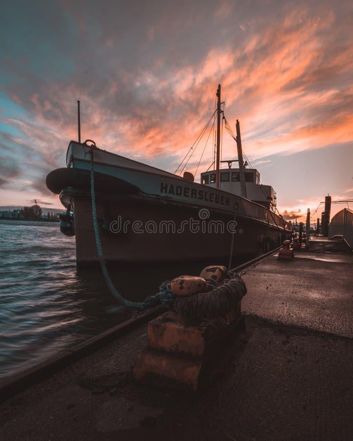 Βάρκα στο λιμάνι του Αμβούργο στοκ εικόνα