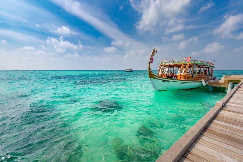 Βάρκα Dhoni δίπλα στον ξύλινο λιμενοβραχίονα στην παραλία νησιών των Μαλδίβες Καταπληκτικό τροπικό υπόβαθρο ταξιδιού στοκ εικόνες με δικαίωμα ελεύθερης χρήσης