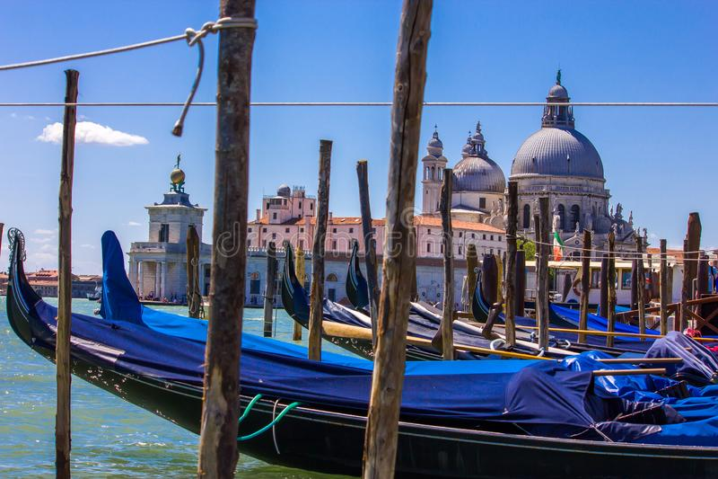 Βάρκες γονδολών στη Βενετία Ιταλία με την άποψη του χαιρετισμού della της Σάντα Μαρία βασιλικών στοκ φωτογραφίες με δικαίωμα ελεύθερης χρήσης