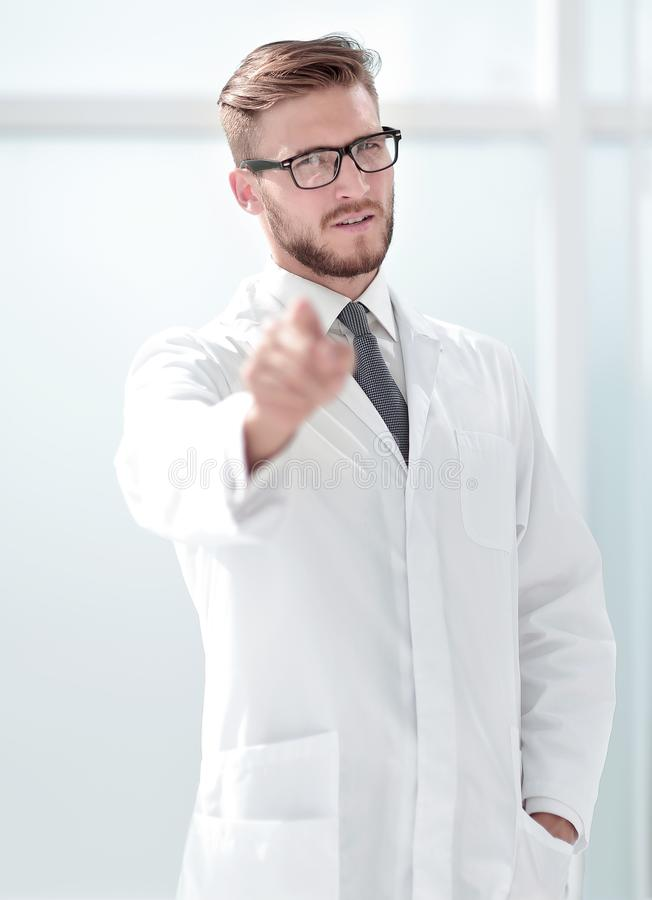 Βέβαιος θεράπων γιατρών που δείχνει σε σας στοκ φωτογραφία