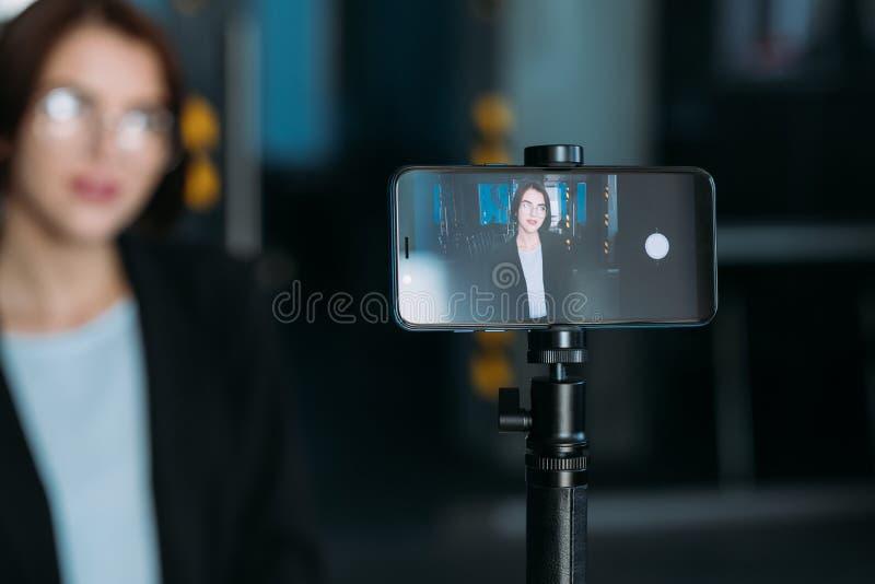 Βίντεο λεωφορείων γυναικών επιχειρησιακής κύριο κατηγορίας webinar στοκ εικόνες