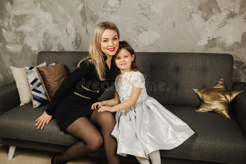 βασική μητέρα κορών Όμορφο μικρό κορίτσι και κομψό mom στοκ εικόνες