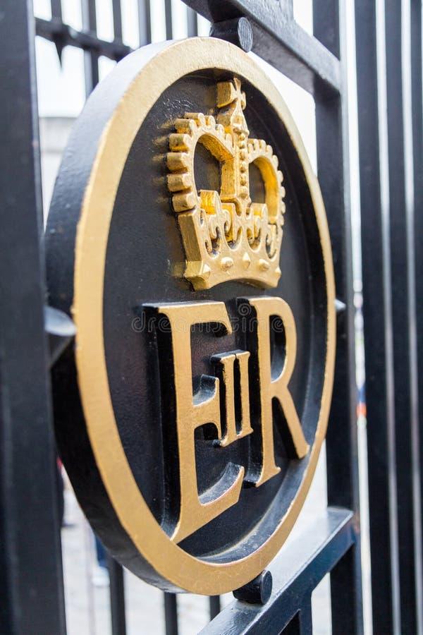 Βασιλικό σύμβολο σε μια πύλη στοκ εικόνες