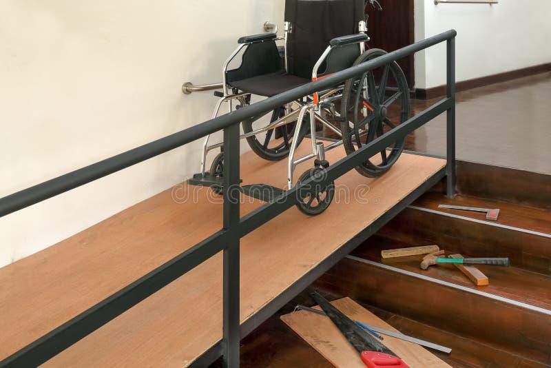 Βελτίωση σπιτιών, κεκλιμένη ράμπα αναπηρικών καρεκλών εγκατάστασης για τους ηλικιωμένους μέσα στο σπίτι στοκ φωτογραφία με δικαίωμα ελεύθερης χρήσης