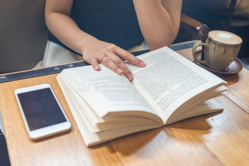 Βιβλίο ανάγνωσης νέων κοριτσιών στο ελεύθερο χρόνο στοκ φωτογραφίες