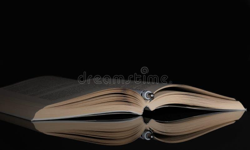 Βιβλίο ανοιγμένος μολύβι ελαφριά πλευρά Αντανάκλαση μαύρα στοκ εικόνα με δικαίωμα ελεύθερης χρήσης