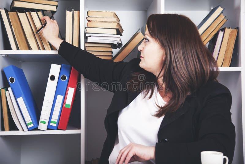 Βιβλίο χεριών γυναικών στοκ εικόνα