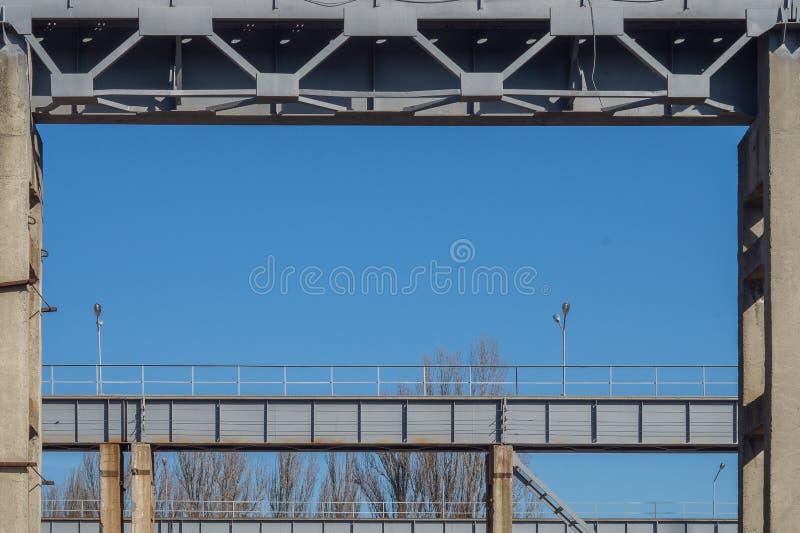 Βιομηχανικό πλαίσιο υποβάθρου Υπόβαθρο μπλε ουρανού με την γκρίζα διαμόρφωση των δομών μετάλλων στοκ εικόνα με δικαίωμα ελεύθερης χρήσης