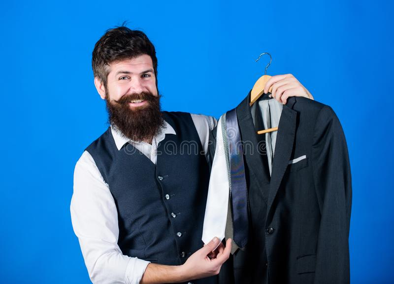 Βοηθητική ή προσωπική υπηρεσία στιλίστων καταστημάτων Ταιριάζοντας με εξάρτηση γραβατών Γενειοφόρες γραβάτες λαβής hipster ατόμων στοκ φωτογραφία