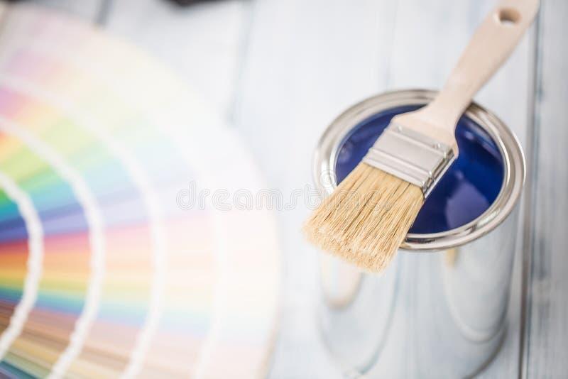 Βούρτσα δοχείων χρωμάτων και παλέτα χρώματος στον πίνακα στοκ φωτογραφίες