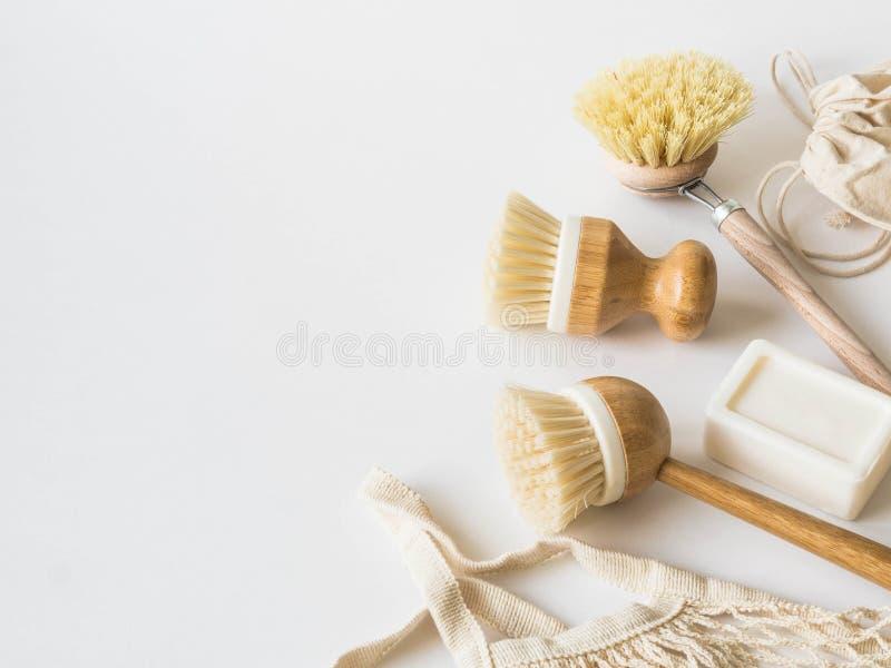 Βούρτσες πλύσης πιάτων, οδοντόβουρτσες μπαμπού, επαναχρησιμοποιήσιμες τσάντες Βιώσιμος τρόπος ζωής μηδενικά έννοια αποβλήτων Καθα στοκ φωτογραφία