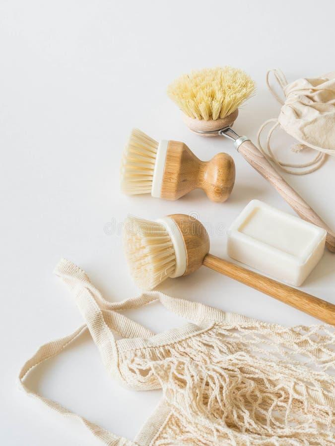 Βούρτσες πλύσης πιάτων, οδοντόβουρτσες μπαμπού, επαναχρησιμοποιήσιμες τσάντες Βιώσιμος τρόπος ζωής μηδενικά έννοια αποβλήτων Καθα στοκ φωτογραφίες