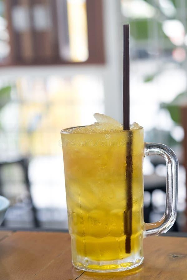 Βοτανικό τσάι χρυσάνθεμων ποτών με τον πάγο στοκ εικόνα με δικαίωμα ελεύθερης χρήσης